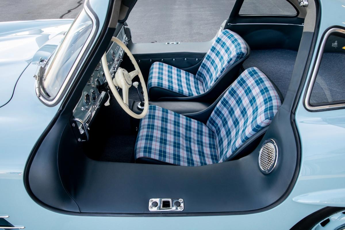 Trong thời gian này, chiếc xe được đưa trở về màu Blaugrau gốc và nội thất được bọc lại bap gồm những tấm vải kẻ sọc xanh xám trên đệm ghế.