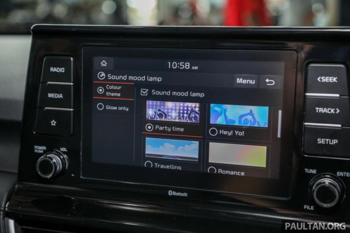 Màn hình thông tin kỹ thuật số 3,5 inch được tích hợp vào giữa bảng điều khiển, trong khi đó bản GT-Line sở hữu màn hình lớn hơn kích thước 7 inch. Phiên bản GT-Line cũng được bổ sung ghế lái điều chỉnh điện 8 cấp với điều chỉnh thắt lưng, khay sạc điện thoại không dây Qi và pedal bằng hợp kim (bản EX sử dụng cao su).