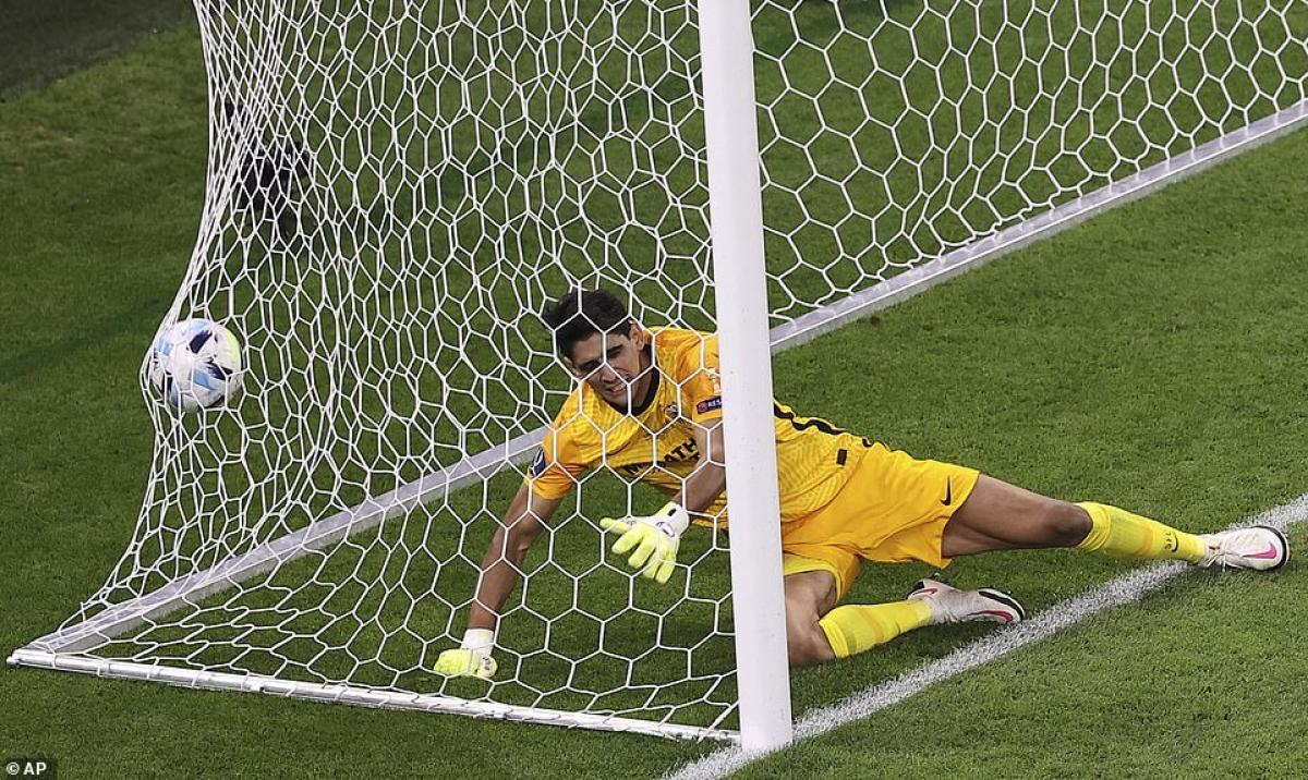 Bước vào hiệp phụ, Bayern tìm thấy bàn thắng quyết định nhờ cú đánh đầu cận thành của Martinez ở phút 103.