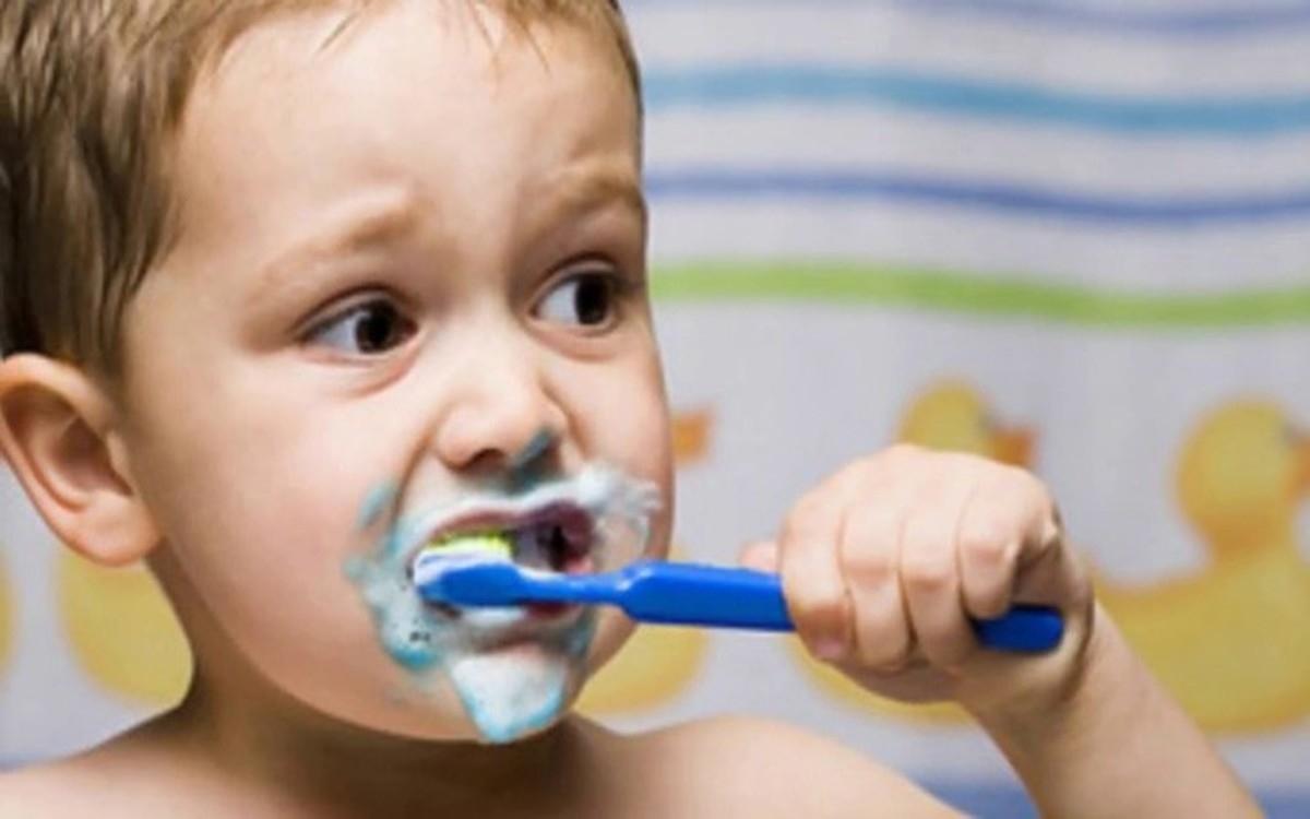 Cách xử lý: Uống nhiều nước, nhai kẹo cao su, vệ sinh răng miệng sạch sẽ... là một số phương pháp đơn giản giúp cải thiện tình trạng khô miệng./.