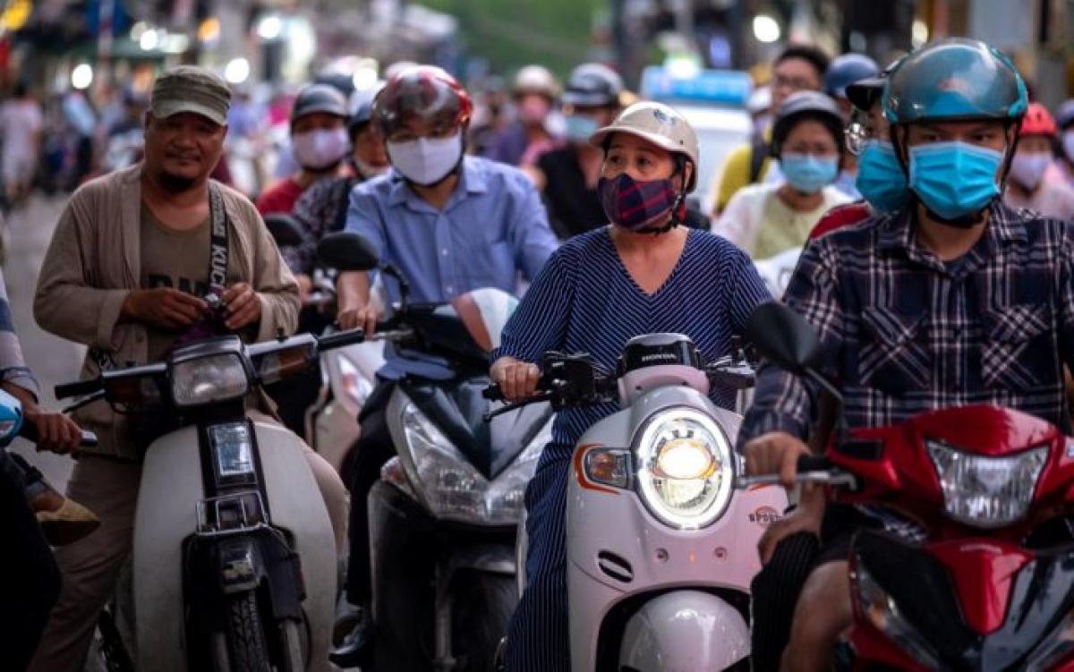 Người dân Hà Nội đeo khẩu trang phòng chống dịch Covi-19. Ảnh: Bloomberg.