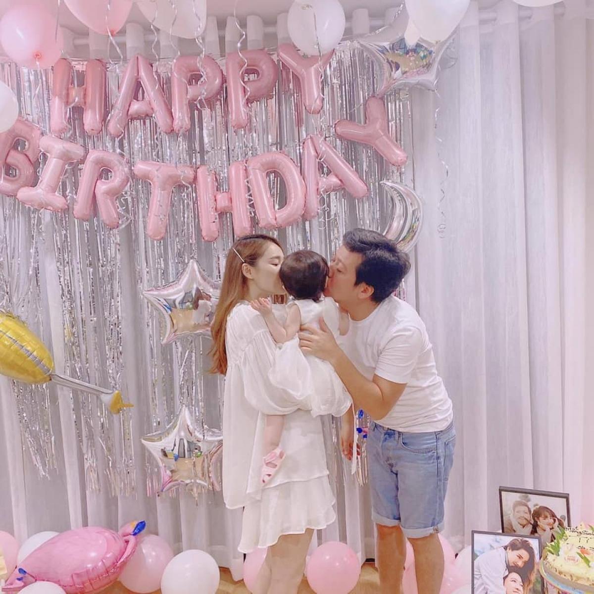 Trường Giang và Nhã Phương trong tiệc sinh nhật con gái.