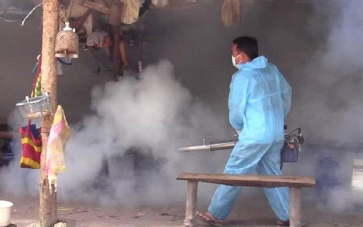 Nhân viên Vệ sinh phòng dịch phun thuốc diệt muỗi.