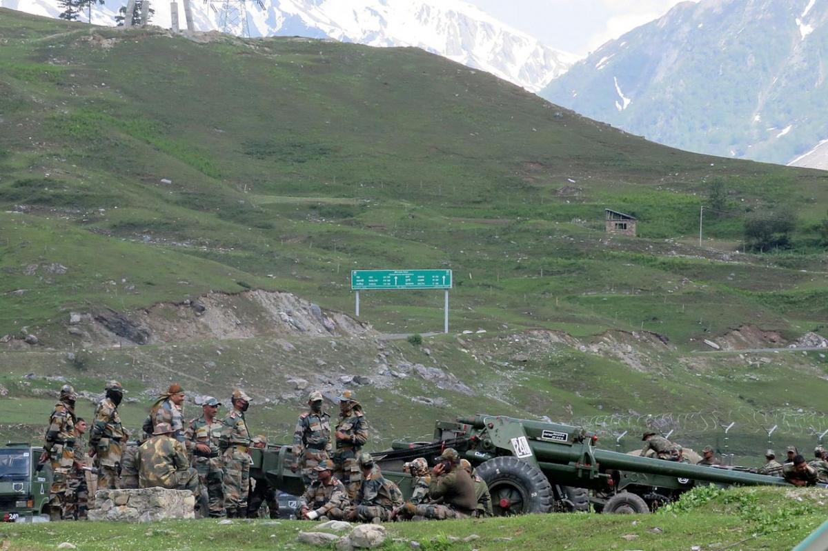 Binh lính Ấn Độ trên đường tới Ladakh, gần Baltal, phía đông nam Srinagar ngày 16/6/2020. Ảnh: Reuters