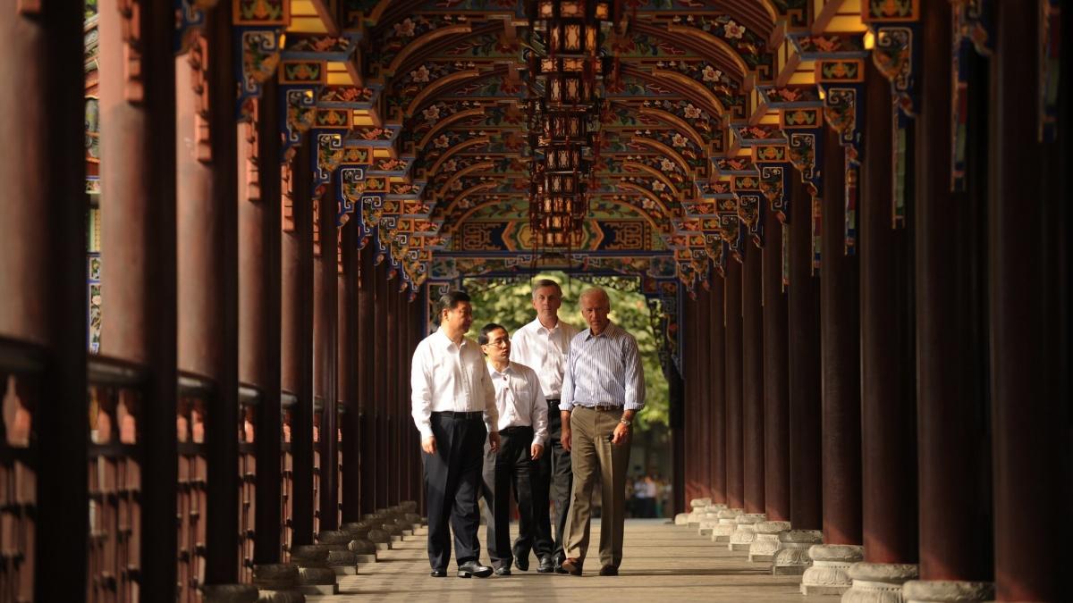 Ông Joe Biden và ông Tập Cận Bình cùng 2 người phiên dịch ở thành phố Thành Đô của Trung Quốc năm 2011. Ảnh: Getty