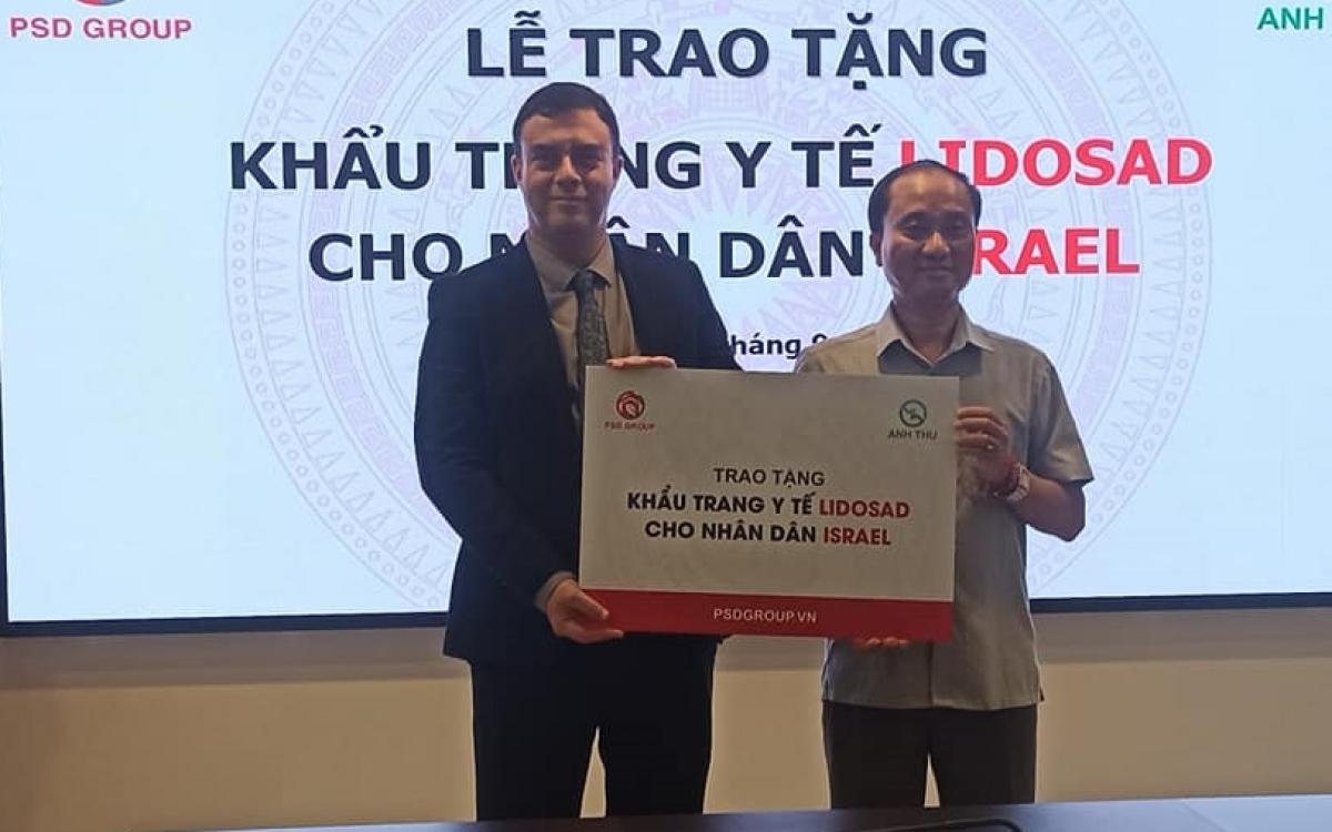 Đại sứ Israel Nadav Eshcar (bìa trái) tiếp nhận khẩu trang từ đối tác Việt Nam. Ảnh: Việt Anh.