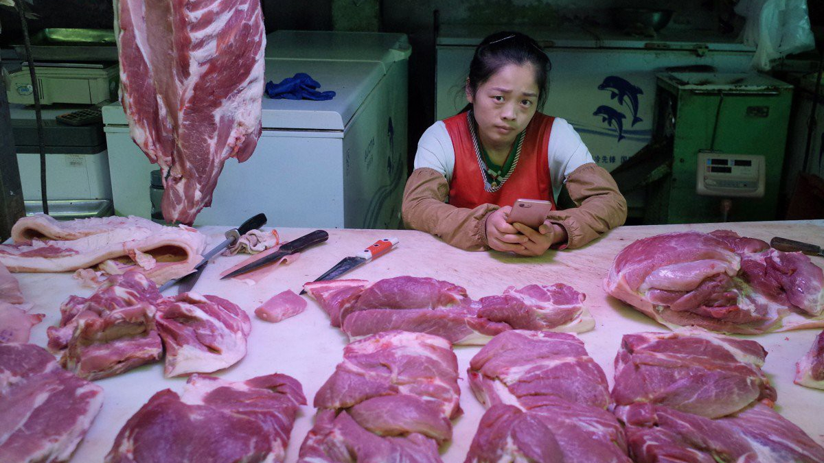 Trung Quốc tiếp tục xả kho gần 13 nghìn tấn thịt lợn dự trữ ra thị trường. (Ảnh: EPA-EFE/South China Morning Post)