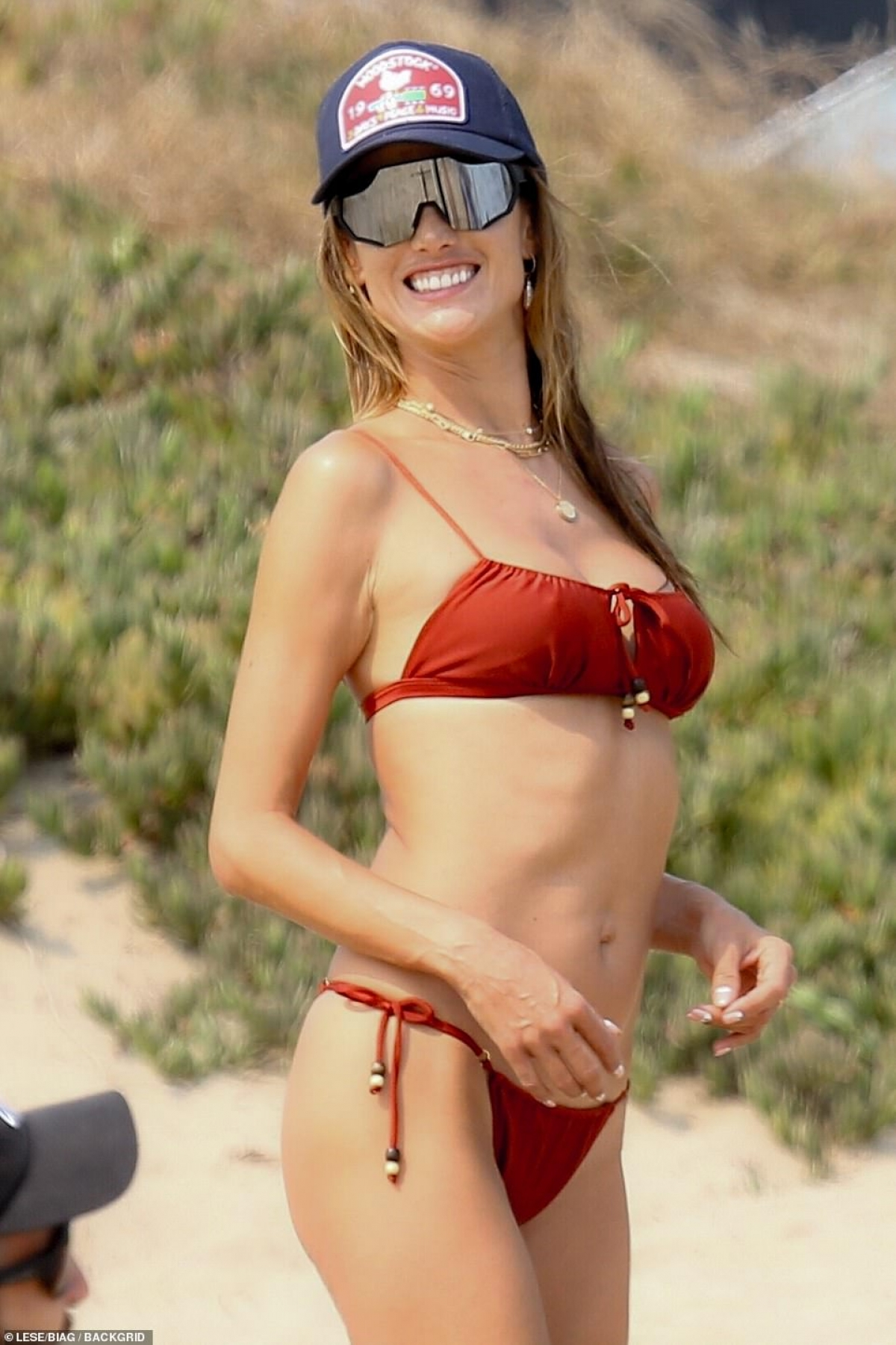 Alessandra Ambrosio thu hút mọi ánh nhìn khi xuất hiện trên bãi biển ở Malibu vừa qua.