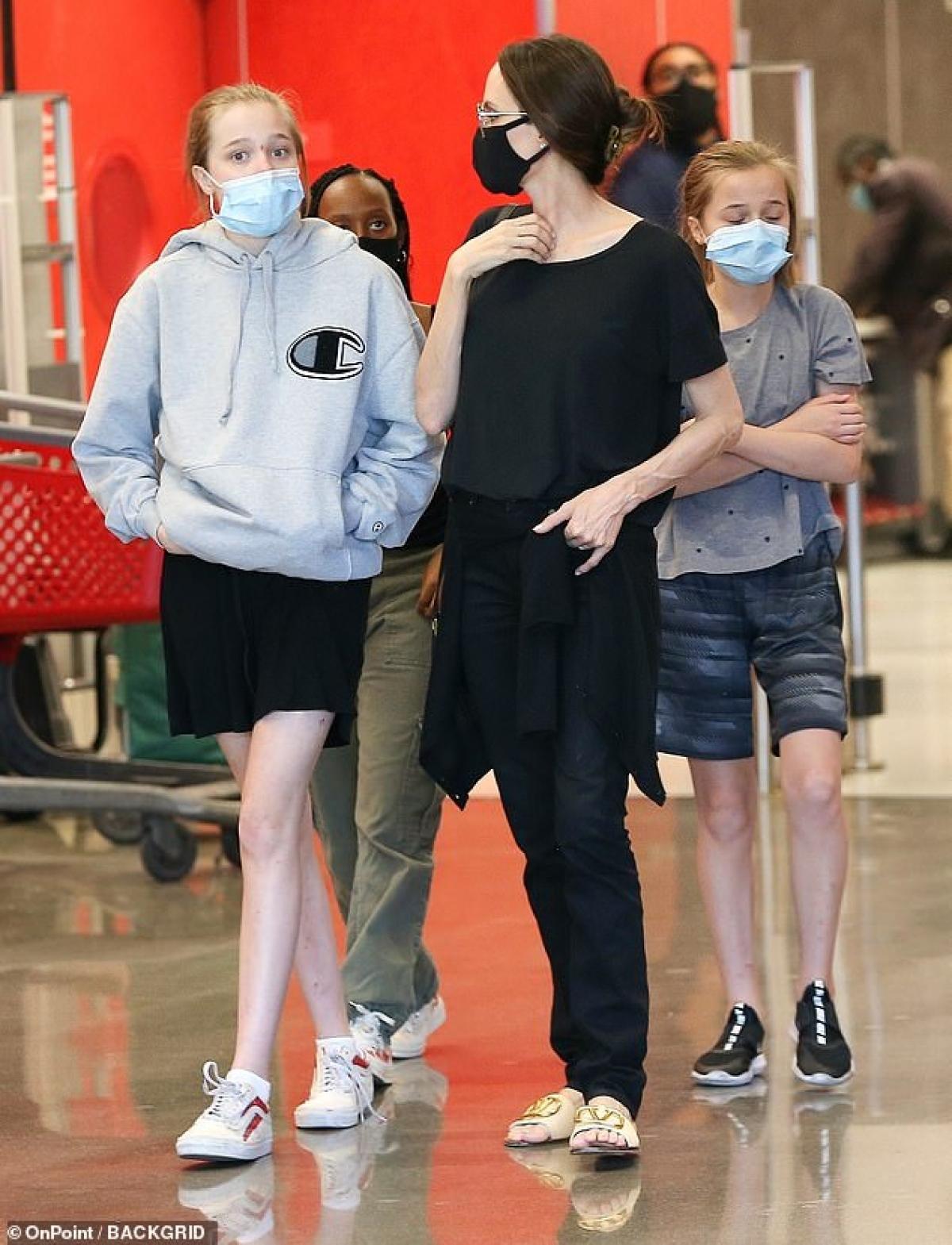 Angelina Jolie đưa các con đi mua sắm trong siêu thị Target ở Hollywood, Mỹ.