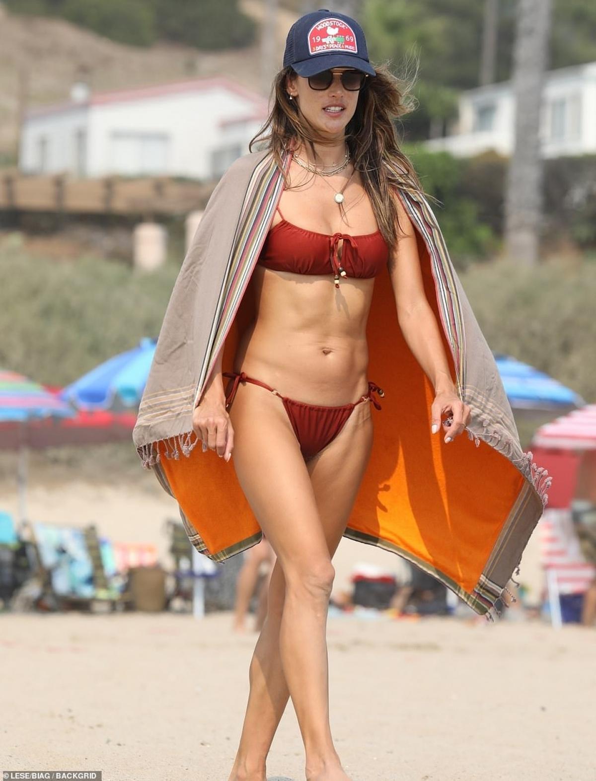 """Ở tuổi 39, Alessandra Ambrosio vẫn sở hữu vóc dáng """"vạn người mê""""."""