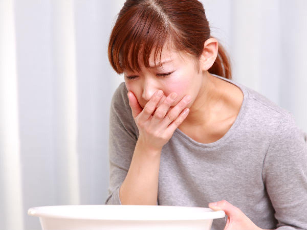 Không kích thích nôn trong trường hợp ngộ độc thực phẩm: Cần tránh móc họng để kích thích bệnh nhân nôn khi chưa rõ nguyên nhân gây ngộ độc. Nếu bệnh nhân bị ngộ độc chất ăn mòn, việc nôn mửa có thể gây bỏng phổi và đường hô hấp, thậm chí khiến chất độc tràn vào phổi và gây tử vong.
