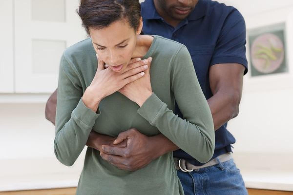 Không vỗ lưng người đang nghẹn: Khi một người bị nghẹn do vật thể lạ hoặc thức ăn kẹt ở đường hô hấp, cần tránh vỗ lưng hay ngực họ để tránh gây biến chứng. Thay vào đó, hãy giúp người đó gập mình lại và dùng nắm đấm ấn vào phần bụng trên rốn. Lặp lại cho đến khi cơn nghẹn qua đi.