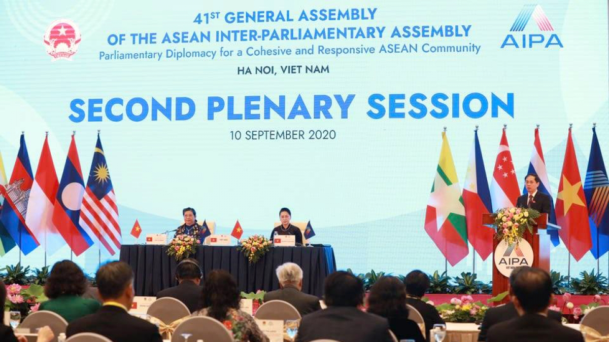 Phiên họp toàn thể AIPA 41 thông qua các báo cáo của các Uỷ ban: Xã hội, Chính trị, Kinh tế, Tổ chức và báo cáo của Hội nghị Nữ nghị sỹ AIPA (WAIPA), Hội nghị không chính thức Nghị sĩ trẻ AIPA.
