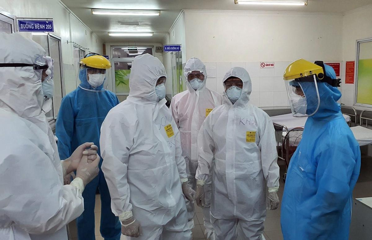 Thứ trưởng Bộ Y tế Nguyễn Trường Sơn (giữa) trực tiếp kiểm tra công tác cứu chữa bệnh nhân