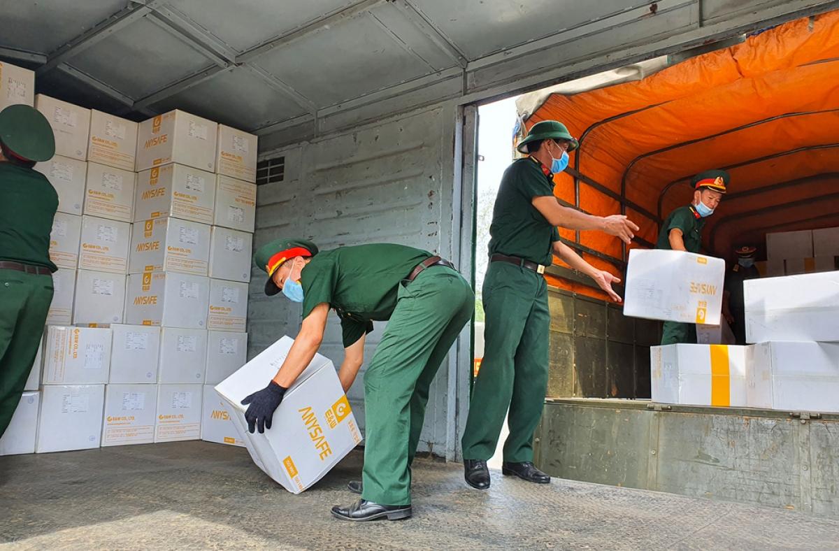 Bộ đội Quân khu 5 chuyển hàng về kho của Bộ Y tế