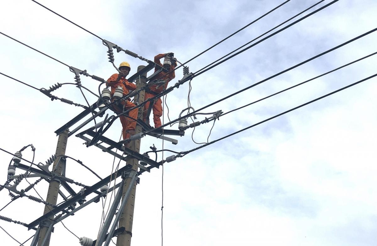 Nhân viên Điện lực đang sửa chữa đường dây.