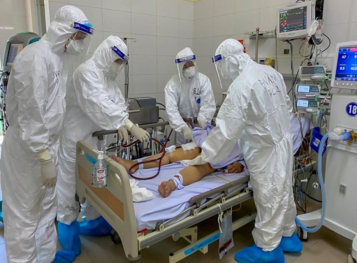 Bác sĩ Trần Thanh Linh (thứ 2 bên trái sang) cùng kíp bác sĩ khám cho bệnh nhân 582