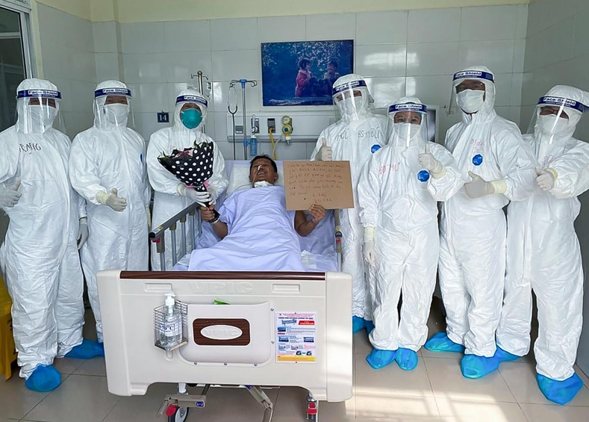 Bệnh nhân 582 cùng e kíp điều trị cứu sống mình trong những ngày tại Bệnh viện phổi Đà Nẵng