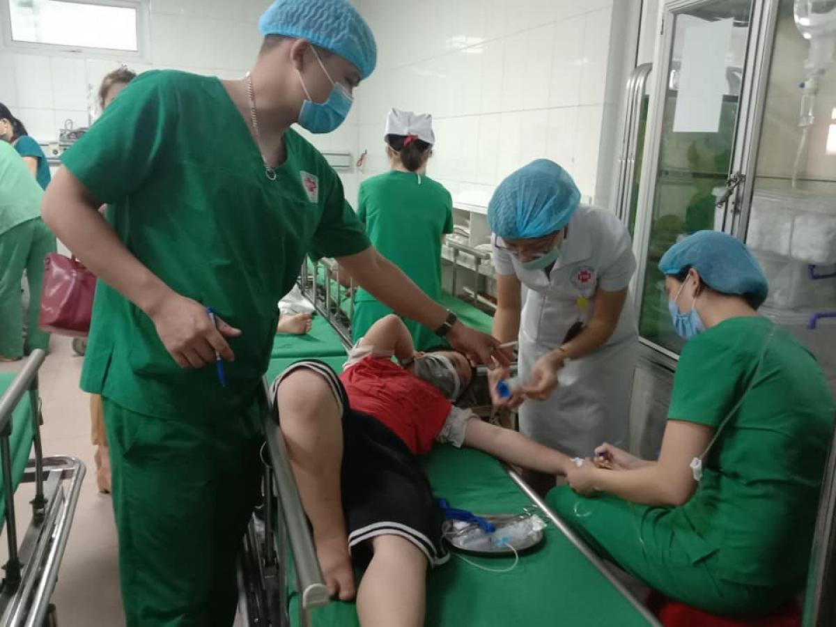 Bác sỹ điều trị tích cực cho bệnh nhân