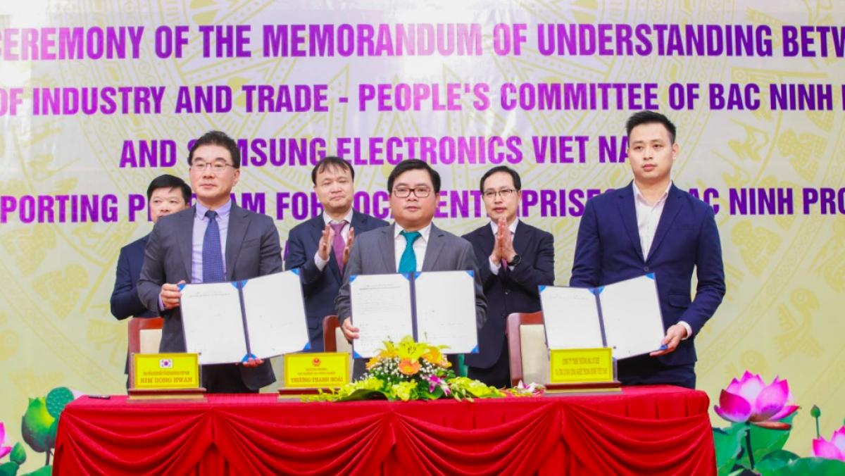 Samsung Việt Nam phối hợp cùng Bộ Công Thương và tỉnh Bắc Ninh tổ chức Lễ ký kết biên bản ghi nhớ hợp tác ba bên về Chương trình hỗ trợ doanh nghiệp Việt Nam tại tỉnh Bắc Ninh.