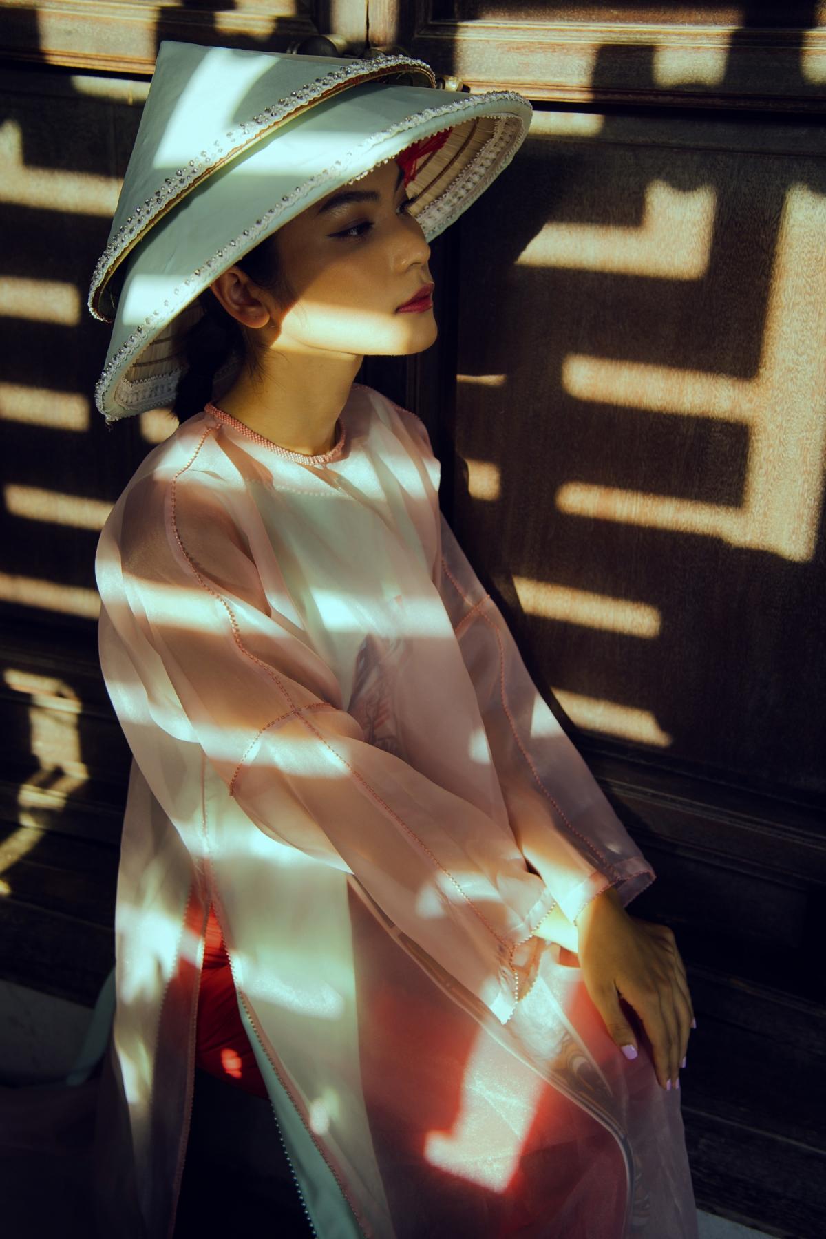 Bộ sưu tập cũng cho thấy sự sáng tạo của Cao Minh Tiến khi ứng dựng một cách đa dạng trên áo yếm, áo dài ngũ thân, áo dài tứ thân...