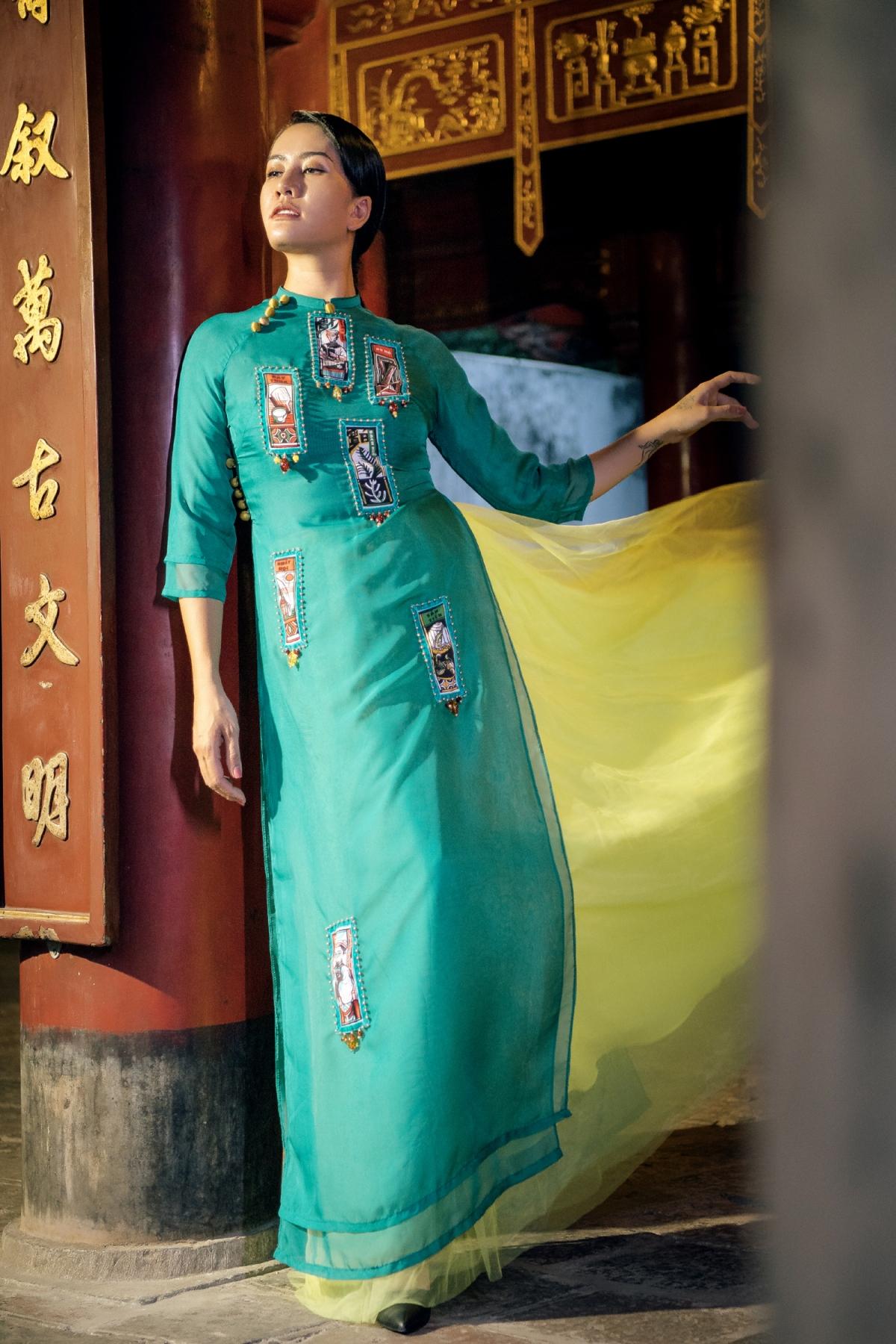 Tuy nhiên, Cao Minh Tiến đã thổi vào những đặc sắc truyền thống một sức trẻ, rất mới mẻ, hiện đại từ màu sắc, hoạ tiết đến chất liệu, vô cùng phong phú và cá tính.
