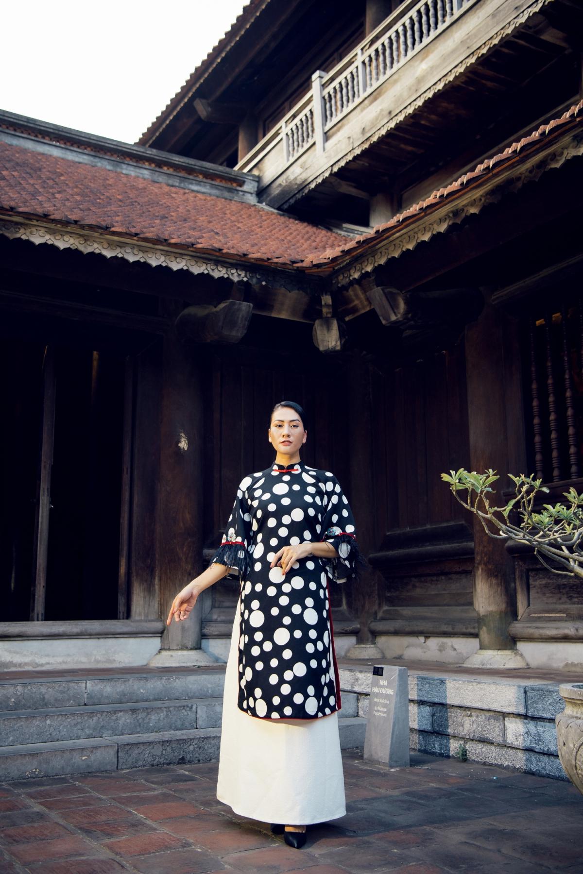 NTK Cao Minh Tiến giới thiệu đến công chúng bộ sưu tập áo dài lấy cảm hứng từ nghệ thuật hát bài chòi của Trung bộ Việt Nam đã được ghi danh là di sản văn hoá phi vật thể đại diện của nhân loại.
