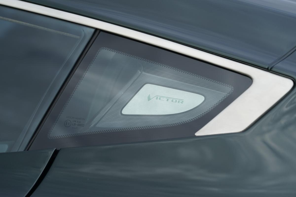 Cũng chính vì lẽ đó, xe sở hữu ngoại hình hầm hố, góc cạnh pha cùng một chút cổ điển của những chiếc xe như V8 Vantage hay DBS V8 từ những năm 70, 80 của thế kỷ trước
