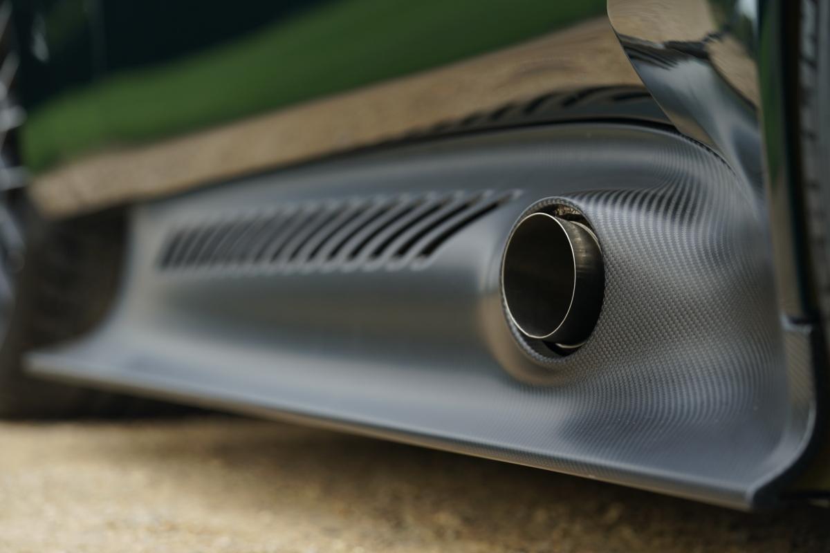 Bên dưới lớp thân vỏ bóng bẩy đó, Victor sở hữu nền tảng của chiếc One-77 trước đây với khung an toàn được làm hoàn toàn bằng sợi carbon. Cùng với đó, một số chi tiết được được vay mượn từ siêu xe đường đua Vulcan. Aston Martin cho biết một toàn bộ khung gầm và thân vỏ bên ngoài của xe nhẹ hơn so với nguyên bản trên One-77.