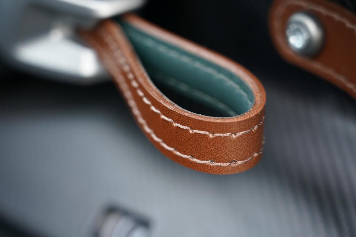 Xe được trang bị mâm với ốc khóa tâm, cùng với đó là hệ thống phanh gốm – sợi carbon với đĩa phanh 380 mm ở bánh trước và 360 mm ở bánh sau.