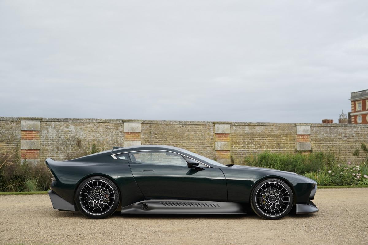 Thân vỏ được làm hoàn toàn bằng sợi carbon và được hoàn thiện với màu sơn Pentland Green