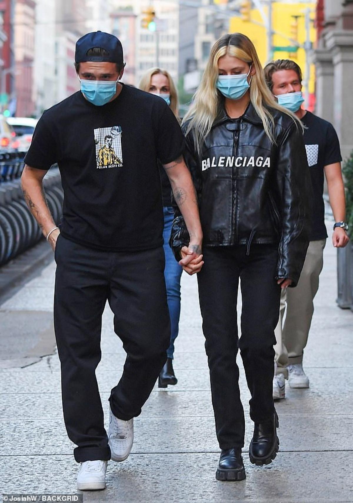 Brooklyn Beckham và hôn thê Nicola Peltz bị cánh săn ảnh bắt gặp khi đang đi dạo phố ở New York ngày 23/9 vừa qua.