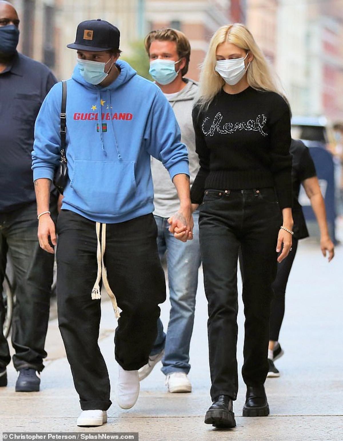 Brooklyn Beckham nắm tay nữ diễn viên Nicola Peltz đi dạo phố ở New York ngày 24/9 vừa qua.