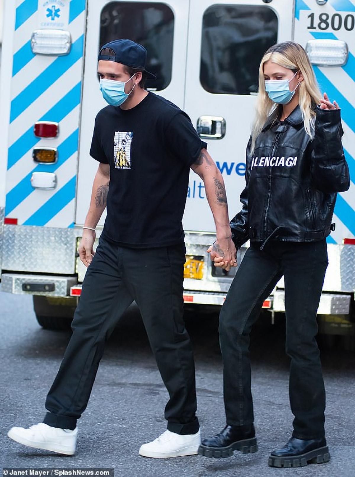 Cặp đôi mặc set đồ màu đen đồng điệu, nắm tay tình cảm trên phố.
