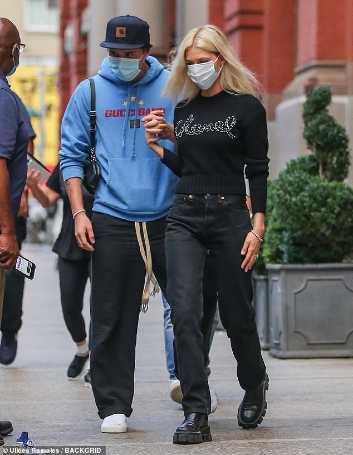 Cậu cả nhà Vic - Becks mặc áo hoodie màu xanh và quần thể thao khỏe khoắn.