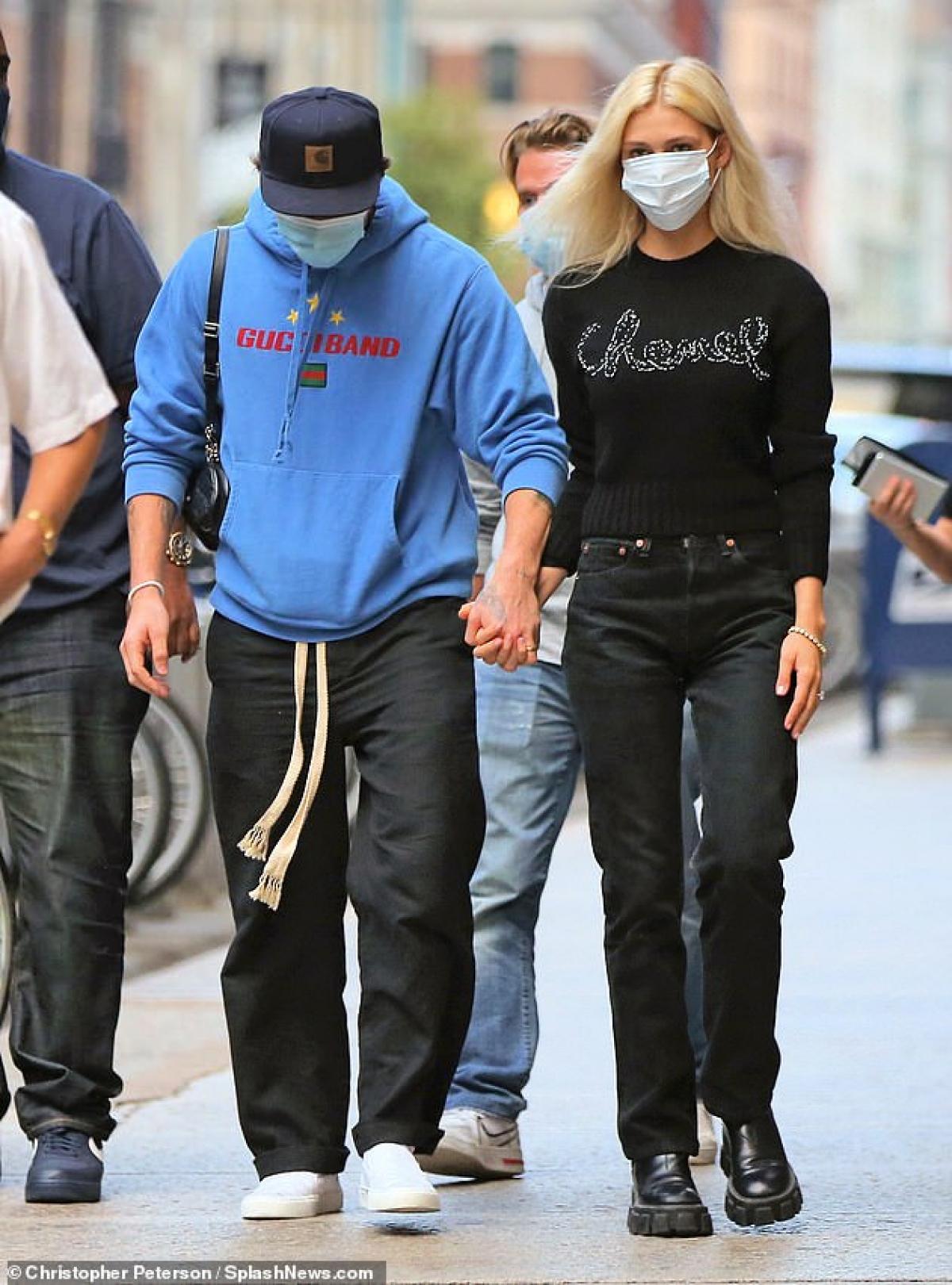 Cả hai nắm tay tình cảm sải bước trên đường phố.