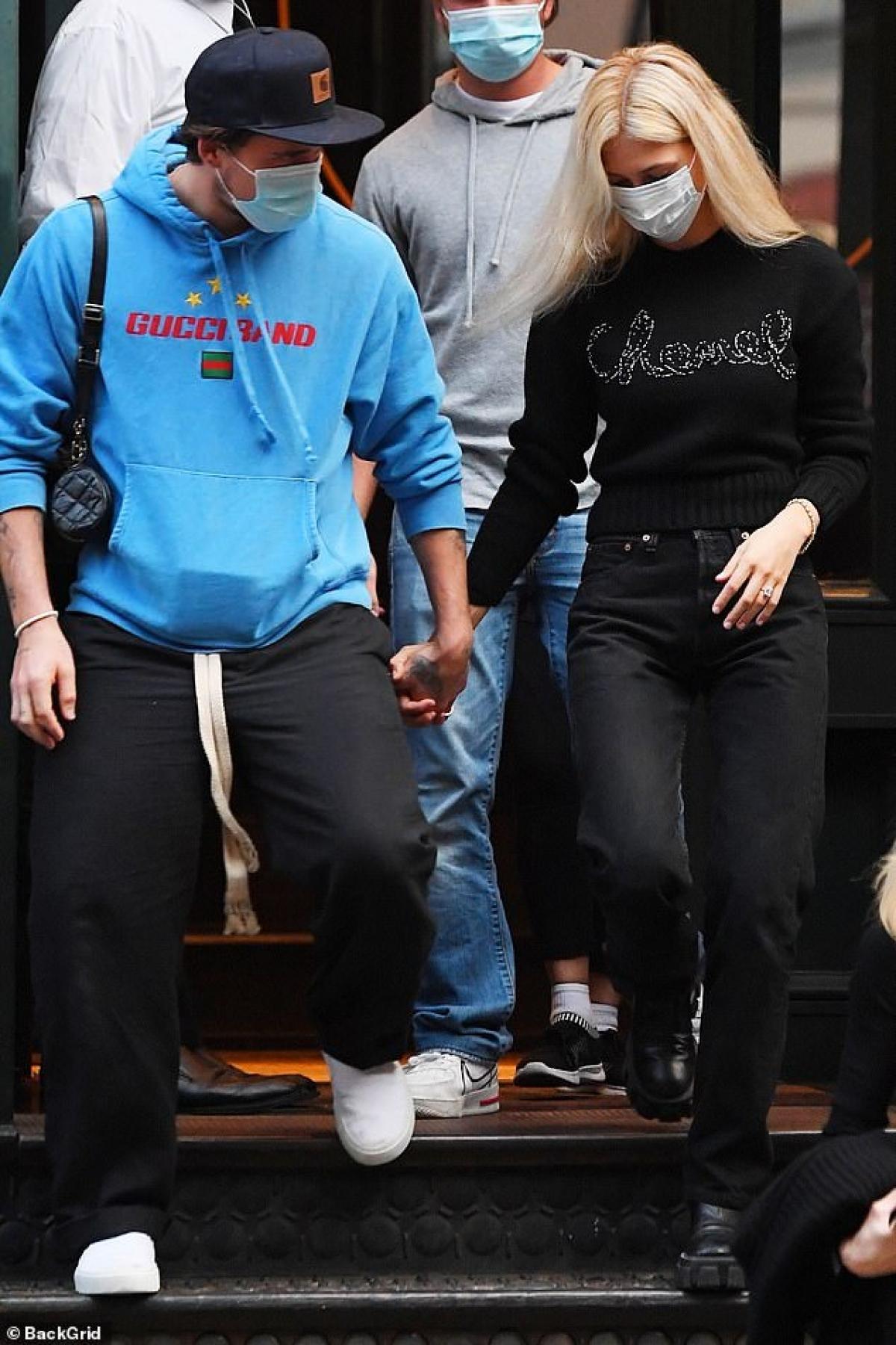 Kể từ sau khi công khai hẹn hò, Brooklyn Beckham và bạn gái hơn tuổi quấn quýt nhau không rời.