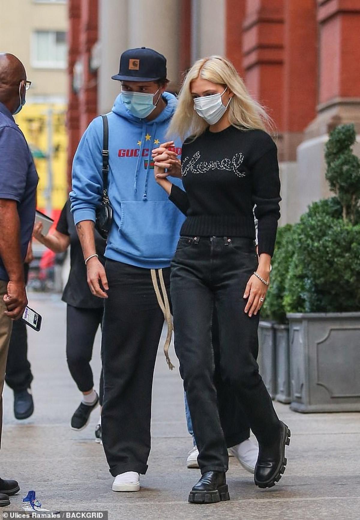 Ngày 12/7 vừa qua, Brooklyn Beckham chính thức xác nhận đính hôn với nữ diễn viên hơn 4 tuổi.