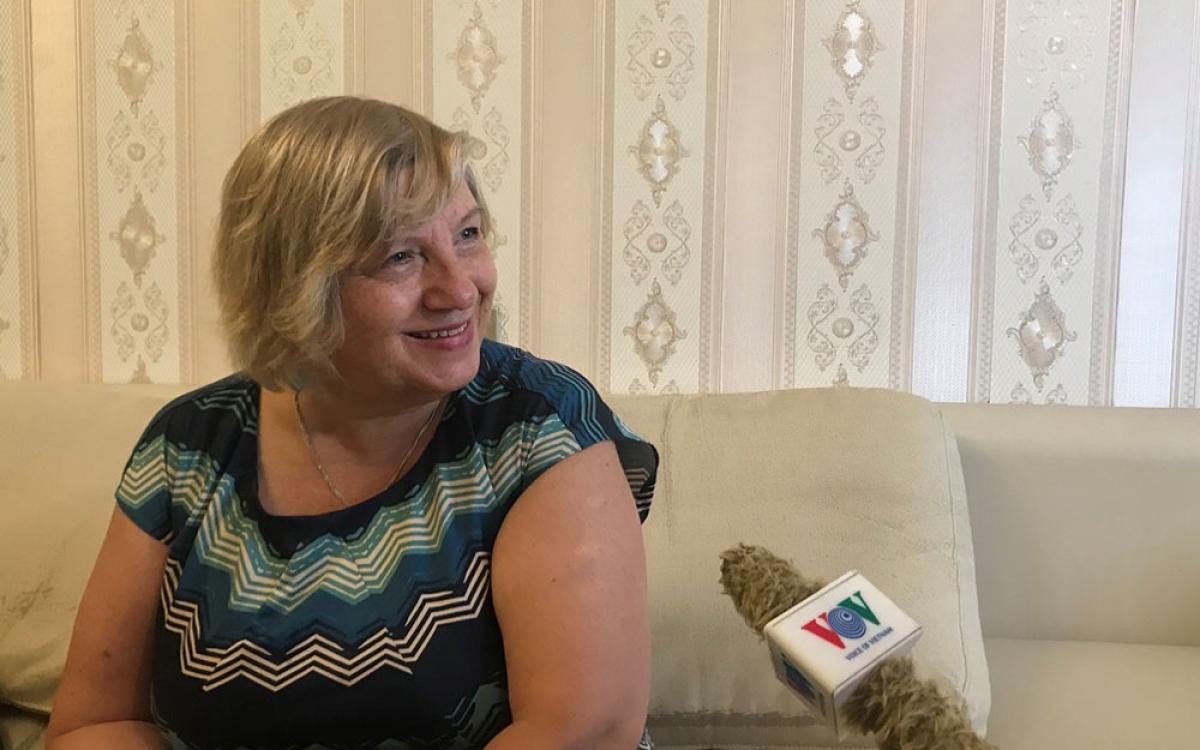 Bà Elena Nikulina -Đài Sputnik trả lời phỏng vấn của phong viên.