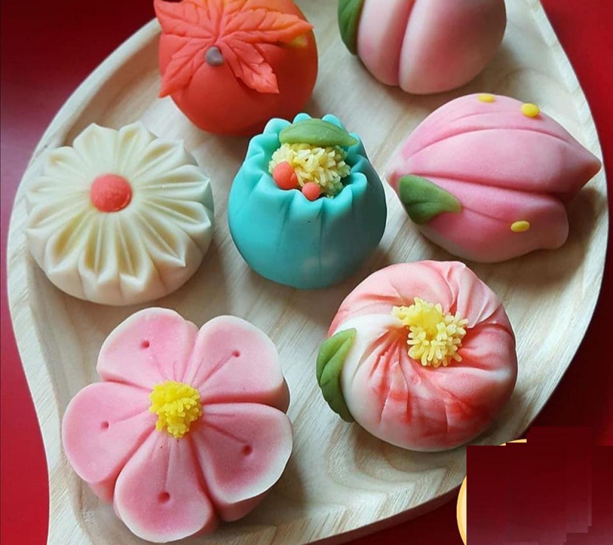 Các mẫu bánh được tạo hình, cắt tỉa rất công phu. (Ảnh: Py Fam)