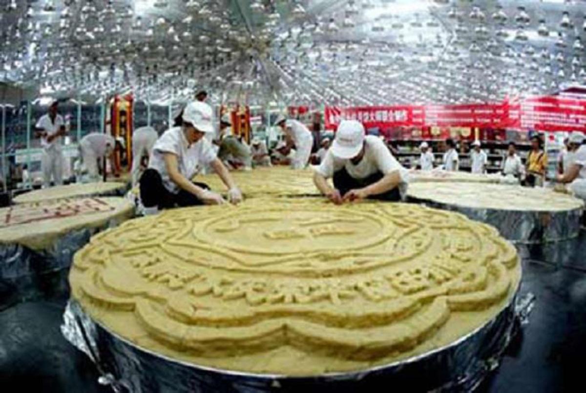 Ngày 19/9/2013, một chiếc bánh Trung thu nặng 2496,4 kg đã được làm bởi 15 đầu bếp chuyên nghiệp ở Trung Quốc trong ba ngày, với đường kính 2,57 m. (Ảnh: Chinanews)