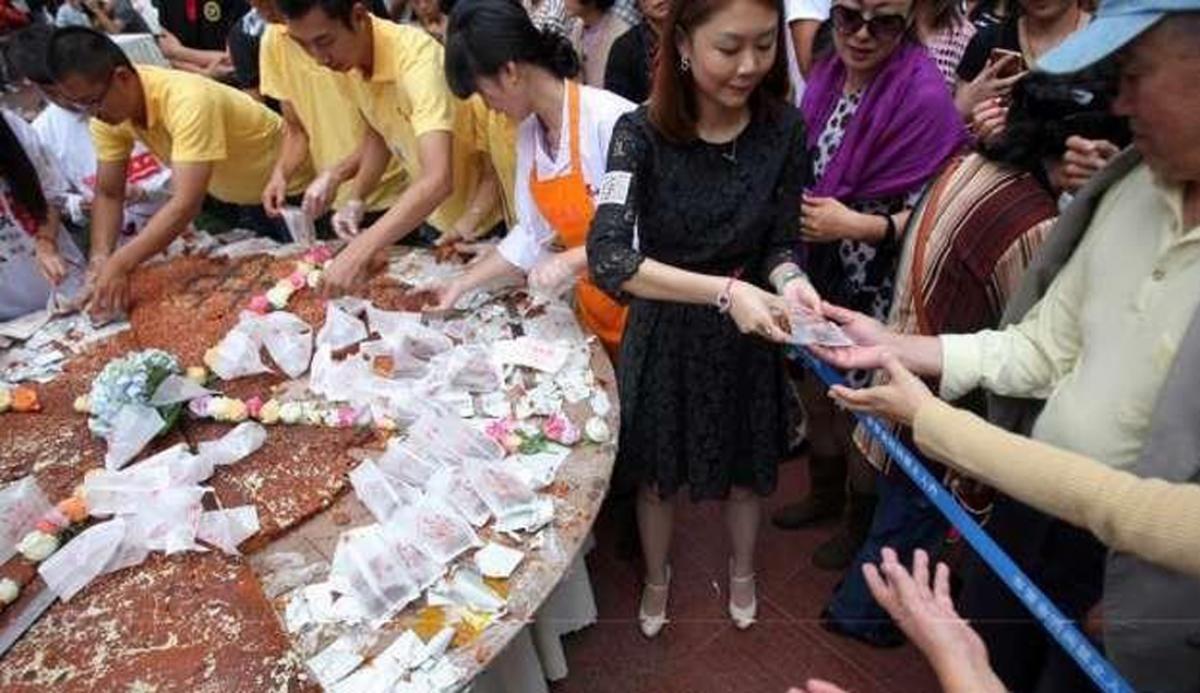 Bánh Trung thu khổng lồ thu hút nhiều khách hàng bởi sự mới lạ. (Ảnh: SCMP)