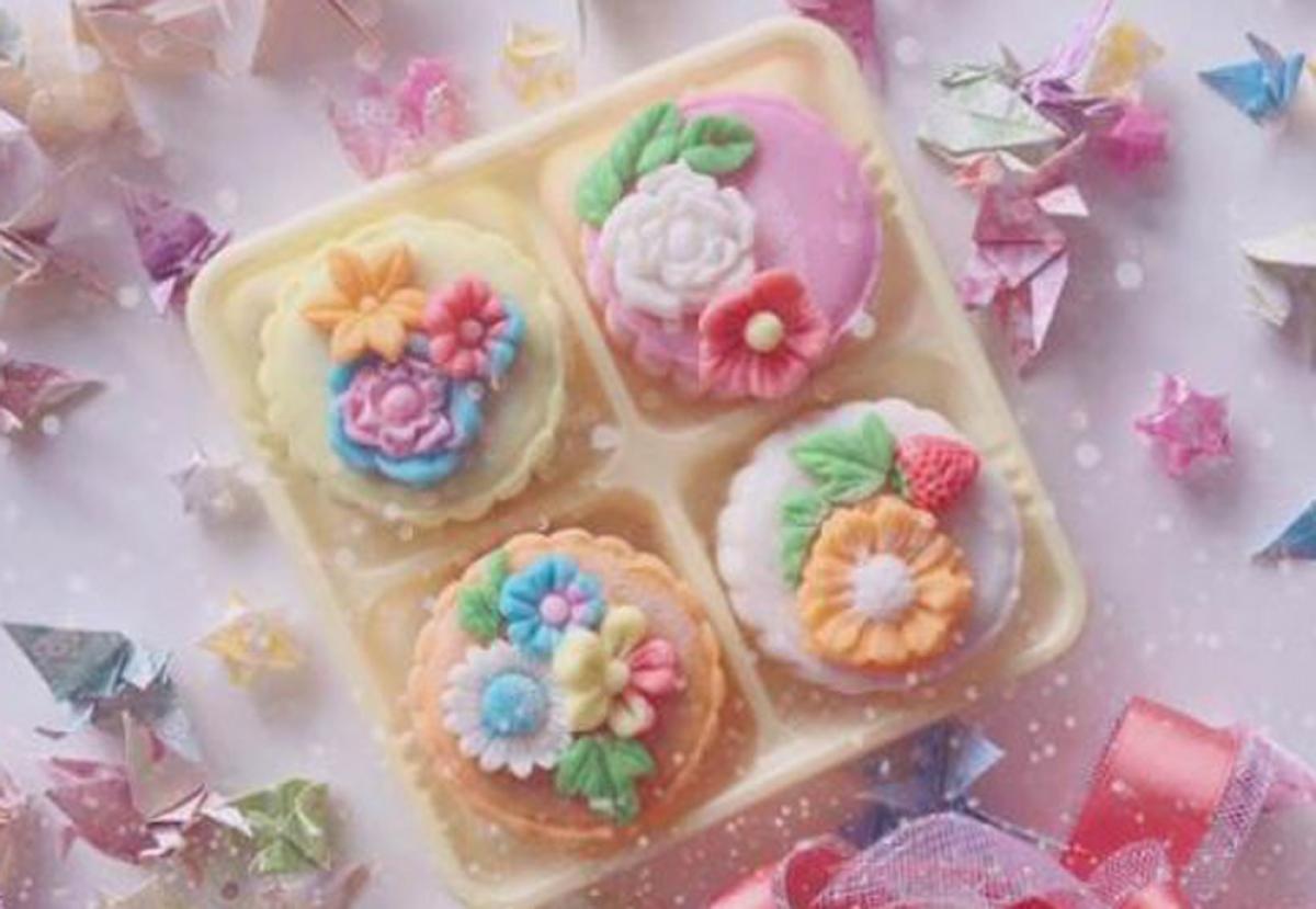 Chủ yếu bánh trung thu năm nay được tạo hình hoa. (Ảnh: Vietnambiz)