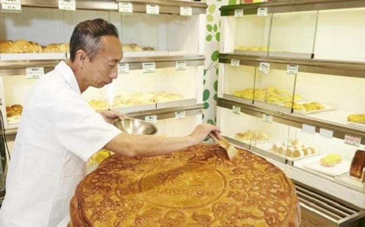 Đáng chú ý, chiếc bánh khổng lồ này có tới 10 loại nhân với hương vị khác nhau như hạt sen trắng, nhân đậu đỏ, dứa... (Ảnh: Daily Telegraph)
