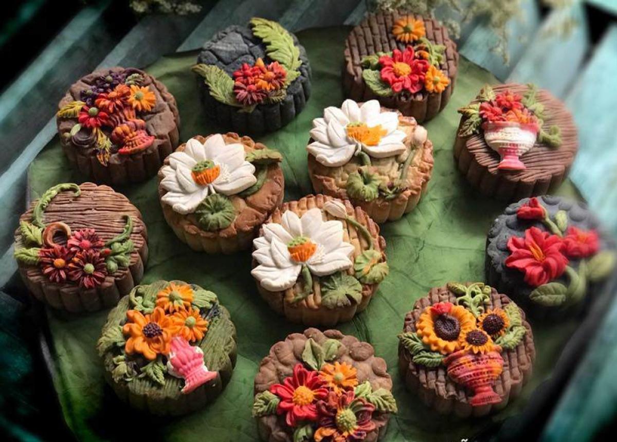 Các chi tiết hoa nổi trên mặt bánh tạo thành điểm nhấn, thu hút người mua. (Ảnh: Eva)