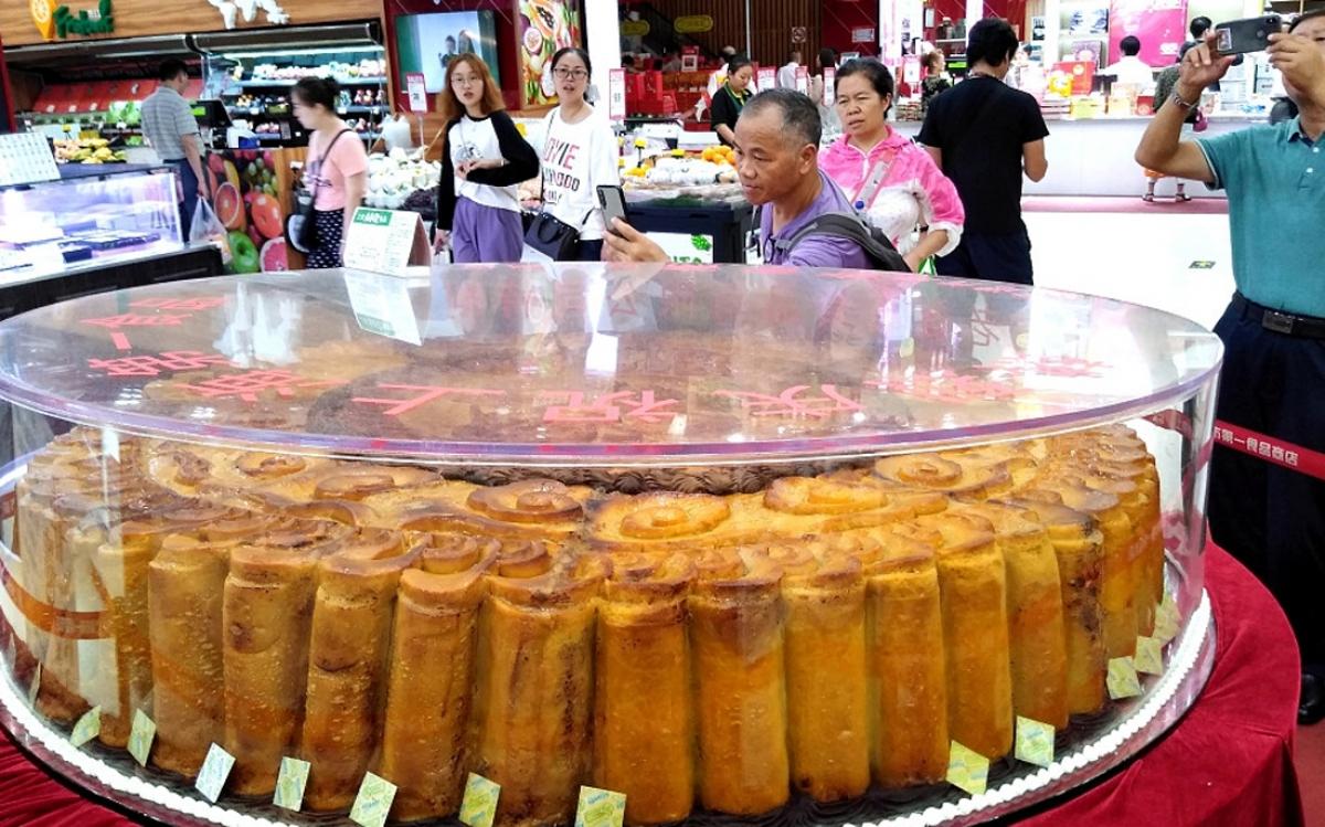 Năm 2007, bánh Trung thu lớn nhất Trung Quốc được các đầu bếp ở Thẩm Dương, tỉnh Liêu Ninh, Đông Bắc Trung Quốc hoàn thành với trọng lượng lên tới 13 tấn. (Ảnh: KT)