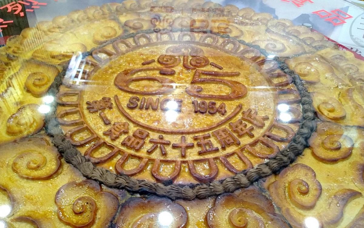 Không chỉ ở Trung Quốc mà ở Australia cũng có bánh Trung thu khổng lồ. Chiếc bánh đạt kỷ lục tại nước này nặng 70,5kg, kích thước 73x13cm. Để làm chiếc bánh, những người thợ phải sử dụng hơn 60 quả trứng, 60kg nhân hạt sen và 105 cốc bột mì. (Ảnh: KT)