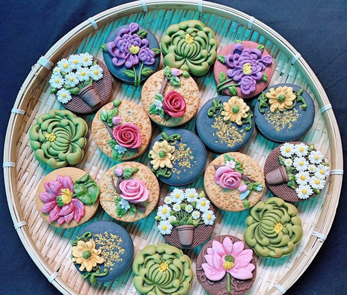 Sự độc đáo, hài hòa và nổi bật trong cách tạo màu, gắn hoa khiến những chiếc bánh này được các chị em nội trợ ưa chuộng.