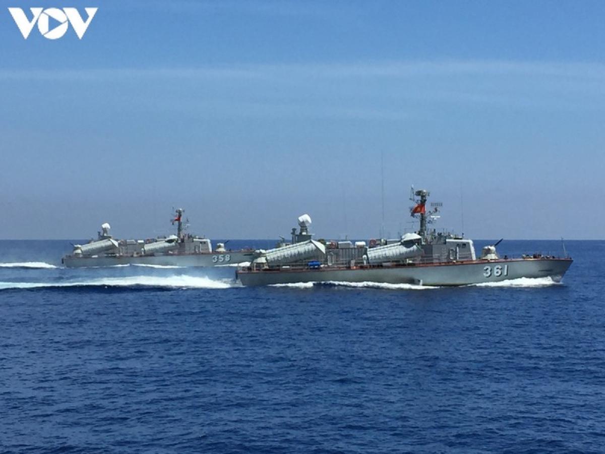 Tàu 016 Quang Trung huấn luyện trên biển.