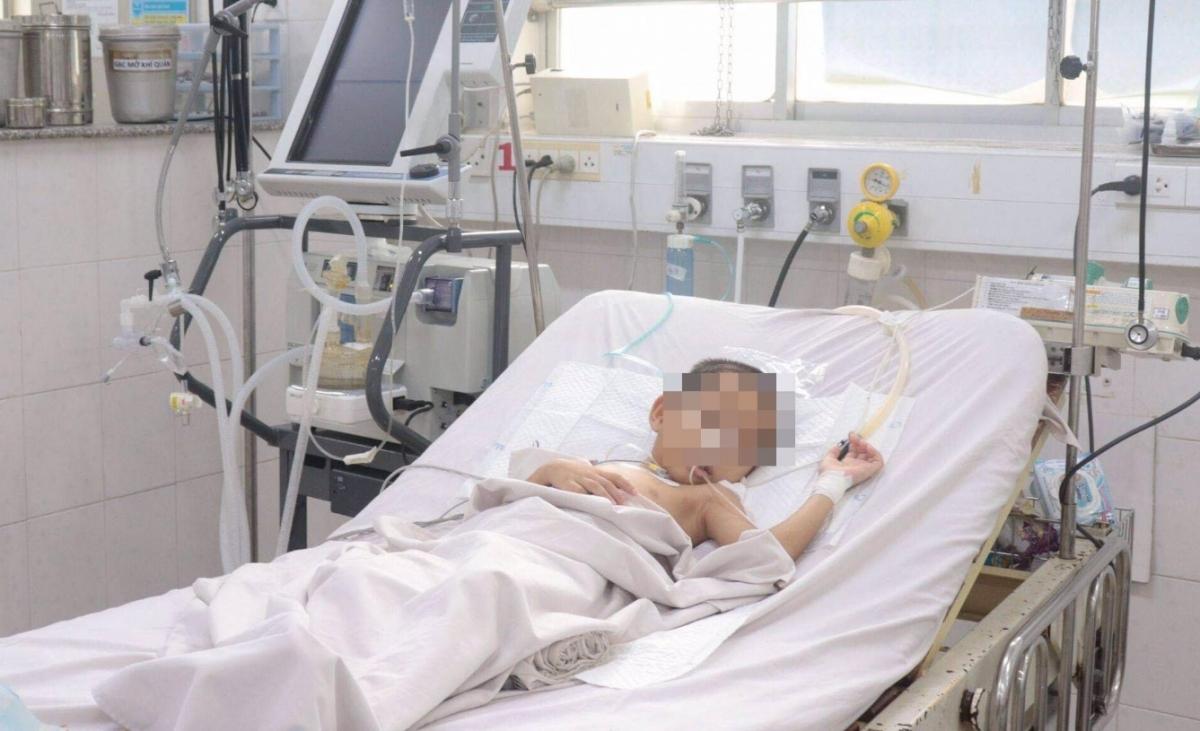 Một bệnh nhi không tiêm vắc xin biến chứng tim nặng vừa qua cơn nguy kịch.